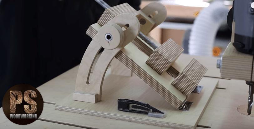 DIY επιτραπέζια ξύλινη μέγγενη με ρυθμιζόμενη γωνία